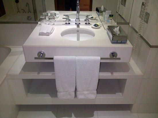 Four Points by Sheraton Bur Dubai: Bathroom