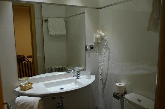 Hotel Puerta de la Santa: baño de la habitacion