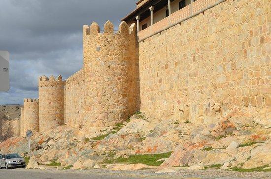 Hotel Puerta de la Santa: muralla al lado del hotel