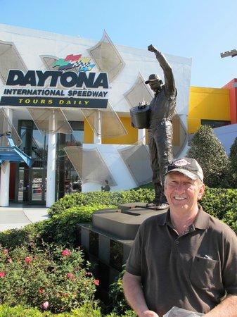 Dale Earnhardt Sr. Statue : Nice tribute