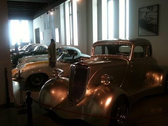 Automobile and Fashion Museum: Uno de los salones