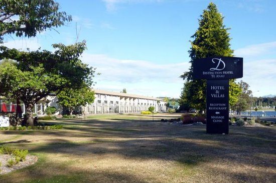 Distinction Te Anau Hotel and Villas: Front view