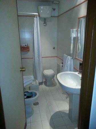 Hotel Commodore Roma: Badezimmer