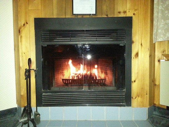 Northridge Inn & Resort: log fireplace on every room