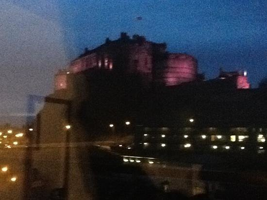 Apex Grassmarket Hotel: sorry its blurry but this is Edinburgh castle which looms large just outside our window