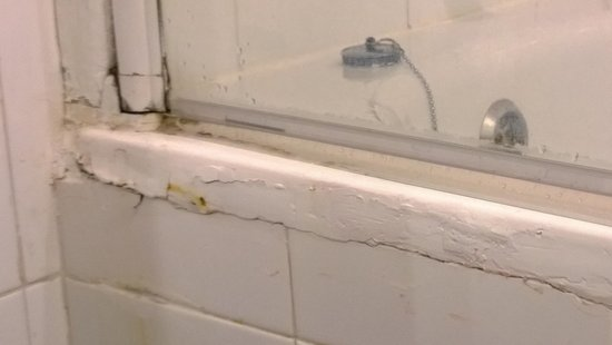The Victoria Hotel : Poor workmanship in the bathroom, Room 306