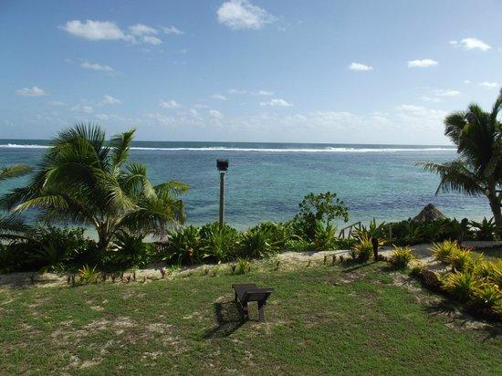 Namuka Bay Lagoon Resort: Resort grounds heading to the beach