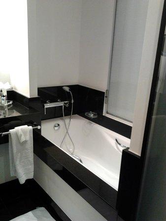 Hotel Dukes' Palace Bruges: Salle de bain