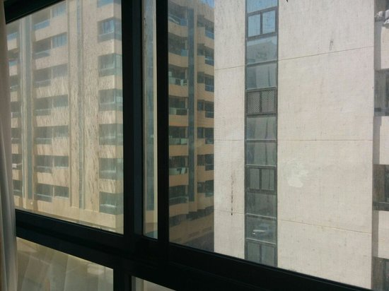 London Crown 1 Hotel Apartments : Dirty windows