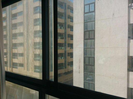 London Crown 1 Hotel Apartments: Dirty windows