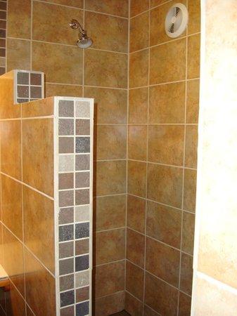 Maya Beach Hotel: Great walk in shower