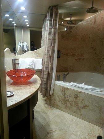 Best Western Plus Inn of Sedona: Nice spa and bathroom