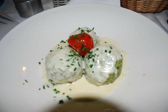 Forsterbrau: canederli agli spinaci con formaggio fuso di capra