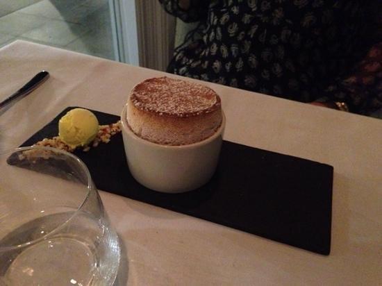 Stones Restaurant: Souffle with lemon icecream...a very good dessert