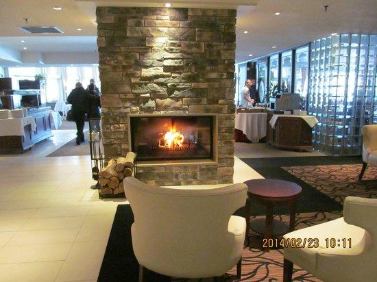 Manoir Des Sables : petit coin salon entre le lobby et la salle à manger