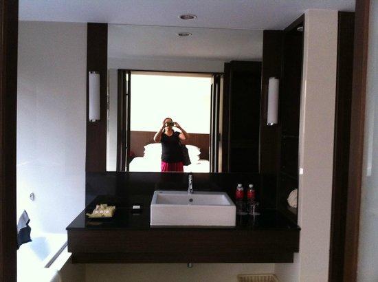 Ramada Plaza Bangkok Menam Riverside: bathroom view
