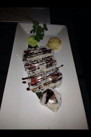 I-Sushi : Uramaki special fuori menu con gambero crudo,philadelphia,fragole e riduzione di aceto balsamico