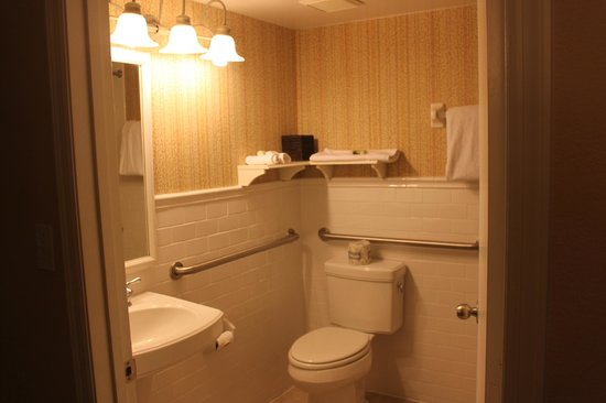 Inn On The Lakes : Bathroom  Room 130