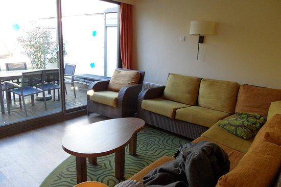 Center Parcs Les Bois-Francs : le salon et la terrasse