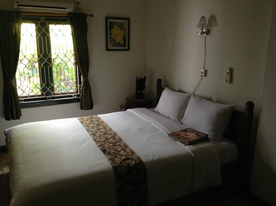 nDalem Gamelan Hotel: bed