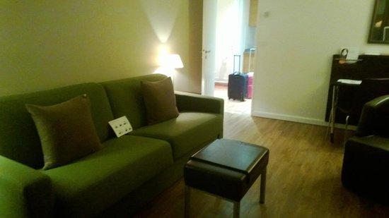 Citadines La Defense Paris: il soggiorno con il divano/letto matrimoniale