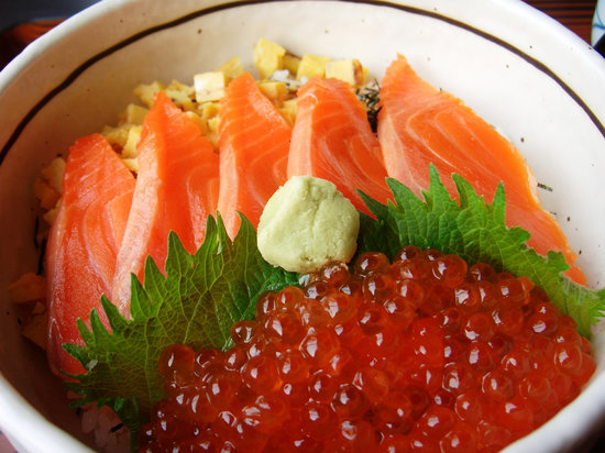 Tsukiji Kameda Japanese Restaurant: イクラサーモン丼 (Salmon roe & Salmon on the sushi rice bowl)