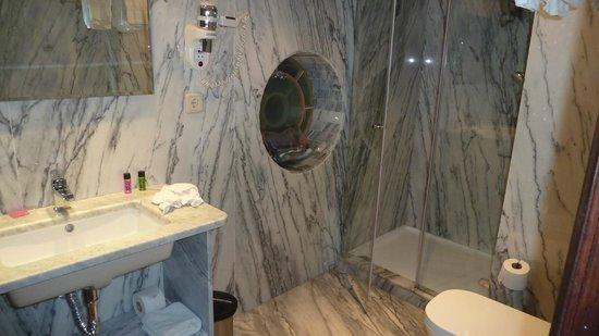 Castelo de Santa Catarina : marble bathroom