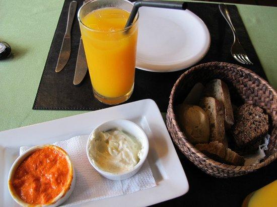 Medio y Medio : Cubierto e suco de laranja.