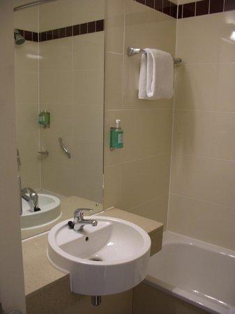 Jurys Inn Swindon: Ванная комната