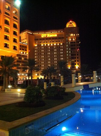 InterContinental Doha: Outdoor pool area at night time