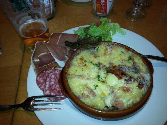 Brasserie Le Pre : Tartifllette. Splendid, but affects your skiing!