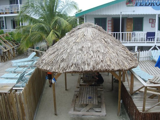 Pedro's Hotel: Walkway between two pool areas with palapa and picnic tables