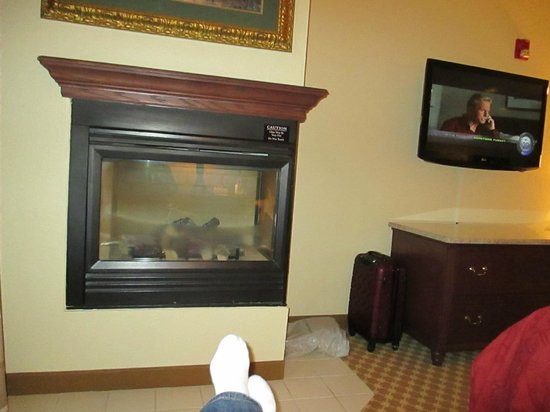 Country Inn & Suites by Radisson, Schaumburg, IL : Gas fireplace to kick feet up in front of