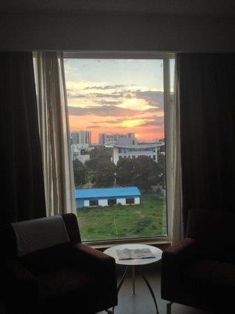 Radha Regent Bengaluru: Tropical sunset in August 2
