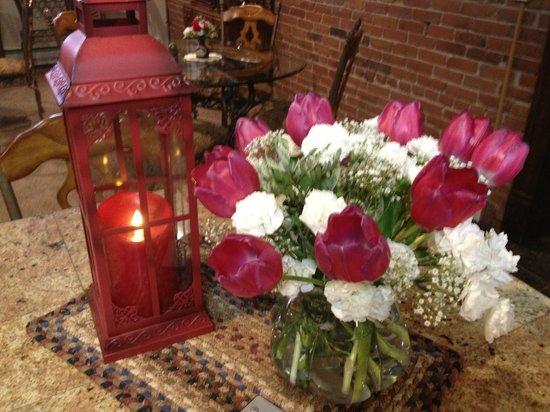 Carr Manor : Lovely fresh flowers in the breakfast room