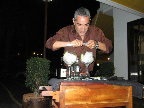 La Tasca de Mi Abuelo: Juan preparando Gintonics