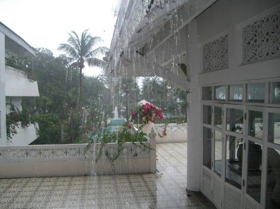 """Thavorn Palm Beach Resort: """"фигачил"""" дождь вне сезона... через 15 минут сухо и подошва на белой обуви осталась белой!"""