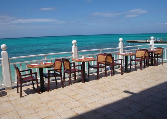 Royal Decameron Montego Beach : seating right by the water for buffet meals