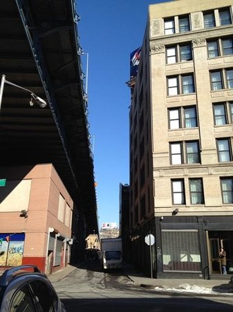 The Hotel 91: Hintereingang des Hotel 91 - man sieht die Fenster zur Brücke