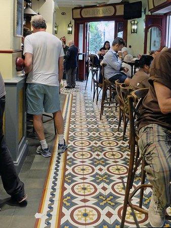 Bodega dos de Mayo: Tile floor