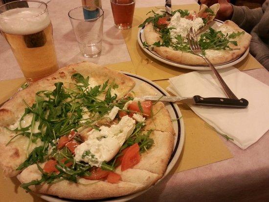 Al Primo Piano: 1/2 pizza burrata e 1/2gorgonzola e rucola