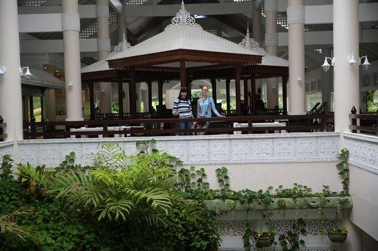 Thavorn Palm Beach Resort: не поверите - это всего лишь вид на рецепшен в холле.