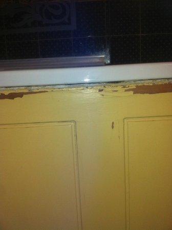Miskin Manor Hotel and Health Club: peeling paint on side of bath