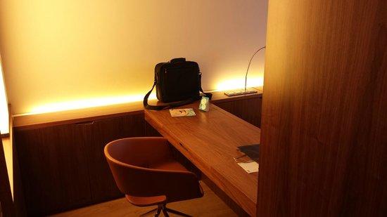 Hotel SB Diagonal Zero Barcelona: Zona de trabajo en la habitación