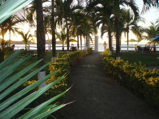 Bahia del Sol Beach Front Boutique Hotel: path to beach