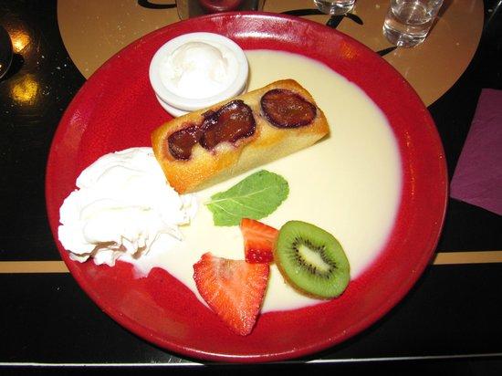 La Plancha Gourmande : Financier aux prunes, crème anglaise, glace chocolat blanc, chantilly et fruits frais
