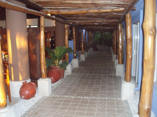 Bahia del Sol Beach Front Boutique Hotel: path to beach, dining room at left