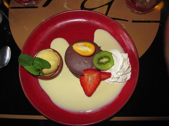 La Plancha Gourmande : Macaron coeur fondant chocolat, créme anglaise, glace vanille, chantilly et fruits frais