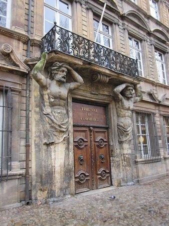 Cours Mirabeau : Caryatids holding up balcony