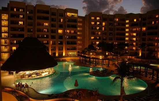 The Royal Sands Resort & Spa All Inclusive: cae la noche sobre la piscina